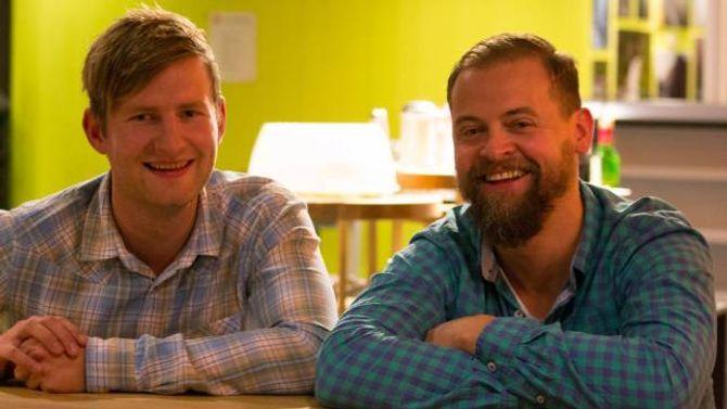 STORFORNØGD: Thomas Norheim Moen (t.v.) og Bjørn Havro var Årdal Senterparti sine representantar under valvaka i Øvre Årdal, sidan den unge ordførarkandidaten sjølv var i Førde for å følgje fylkestinget.