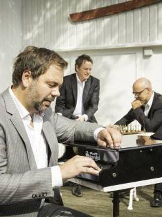 FØRSTE KONSERT: Gisle BørgeStyve Triostartar konserthausten i Lærdal kulturhus.