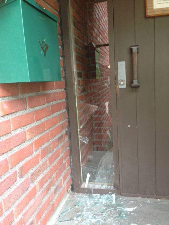 KNUST: Glaset ved kontorinngangen til Farnes kyrkje var knust, men det var ingen teikn til at dette var eit innbrot.