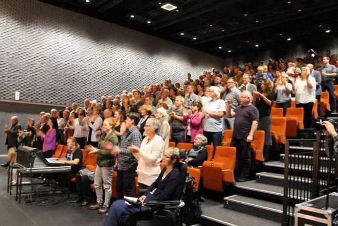 STAPPFULLT I KULTURHUSET: Publikum let seg riva med, klappa og tampa takten fleire gonger, og gav ståande ovasjonar