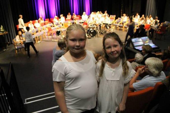 KJEM ALDRI TIL Å SLUTTA I KORPS: 10 år gamle Thea Lunde og Andrea Håheim i Farnes skulemusikk har hatt det så moro i helga, at dei aldri kjem til å slutta med korpsmusikk.