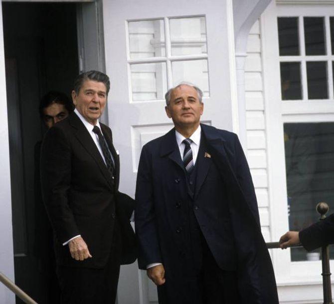 REAGANS RETORIKK: Ronald Reagan omtalte Sovjetunionen som «det vonde imperiet», inspirert av den populære filmen «Star Wars». Her då Reagen møtte Mikhail Gorbatsjov på Island i 1986.