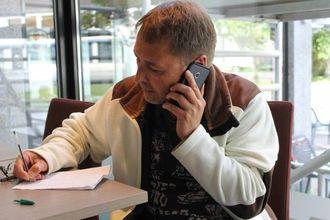 """TO JOBBAR: Jan Rasmussen (51) jobbar både for Årdal Plast og Tya Bakeri, men håpar og trur at alder og erfaring gjer at han ikkje møter """"veggen"""", og veit kva han har gjeve seg i kast med"""