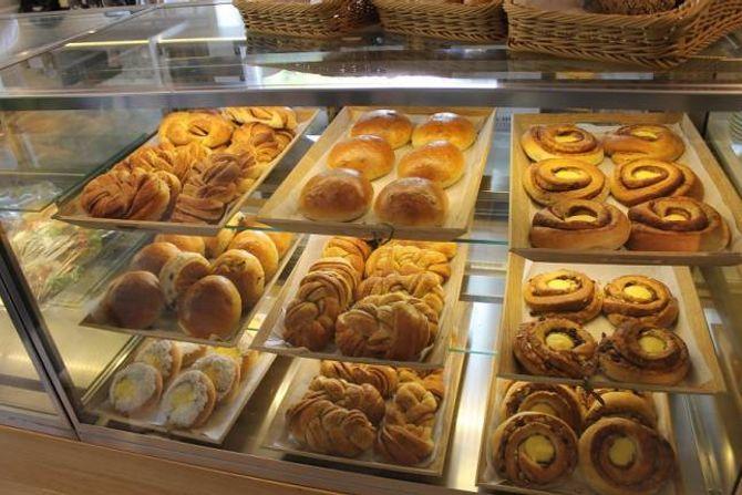 GÅR UNNA: I sommar selde Tya Bakeri 1000 bollar og 300 brød for dagen. No sel dei 100 brød kvar dag, og håpar på litt fleire kundar