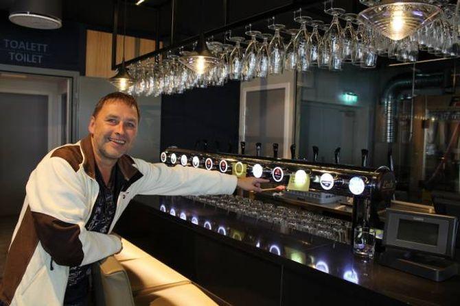 12 ULIKE TAPPEKRANAR MED ØL: Jan Rasmussen seier at Utla Bakeri og Tya Bryggeri no har kome opp i 12 ulike ølsortar i tappekraner i tillegg til flasker. - Me i Tya Bakeri kjøper øl frå Tya Bryggeri og sel dette her i lokalet, det er Arnt Erik Erik Henjum og Tom Hellebø som eig Tya Bryggeri, seier han.