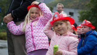 TILFELDIG: Det var bra det vart tissepause i Lærdal for hytteeigarane i Hemsedal, for å køyre brannbil var veldig spennande. Her ventar Elenora (6) og Terese (3) på brannbilen.