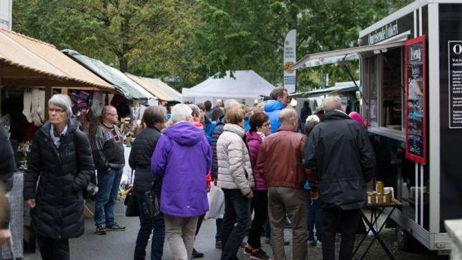 FOLKELIV: Det var yrande folkeliv i Lærdal under årets fyrste torgdag på haustmarknaden.