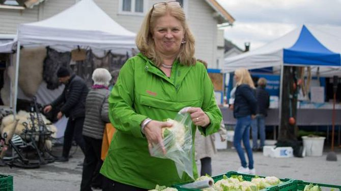 STOLT: Astrid Grøndal Trulssen er stolt over at så mange tek turen til Lærdal under haustmarknaden.