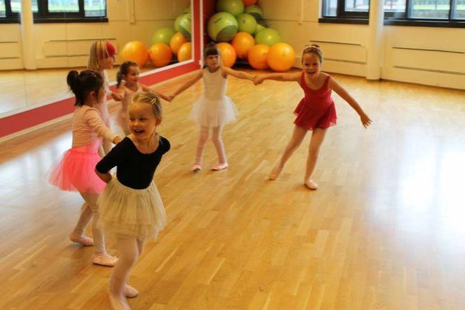 MORO MED BALLETT: Leyeune Avdal trur dansegleda i Noreg er enorm, men at kanskje litt for få driv med dette i system, og har sjølvdisiplin nok til å driva på med dette profesjonelt. Men frå ballettreninga på Årdal Gym, er alt berre fryd og gaman.