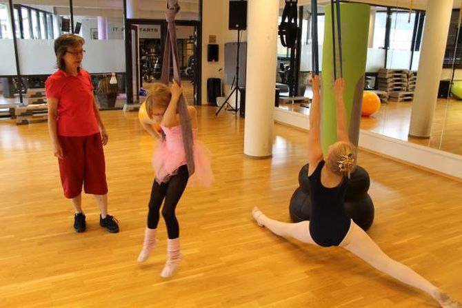 EKSAMEN KVART ÅR: Leyeune tek ofte eksamenar for å halda fram som ballettpedagog. - Det er strenge krav i dette miljøet, og slik bør det vera, seier ho. Her frå ei trening i Årdal