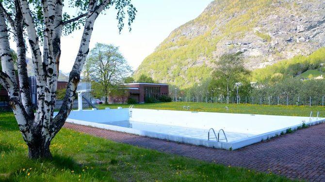 TOMT: Etter å ha stått tomt i tre år, vart friluftsbassenget på Årdalstangen opna att i sommar med god drahjelp frå næringslivet. Arkiv
