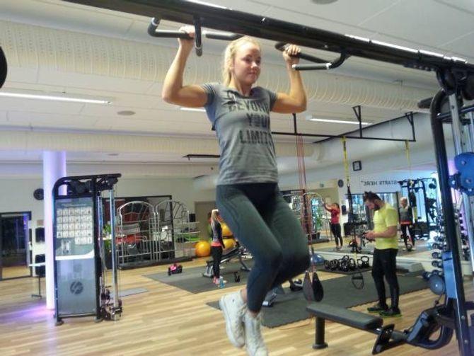 RESEPSJONIST OG AKTIV BRUKAR: Hanne Eide (17) trenar mykje eigentrening i tillegg til å vera med gruppetreningar. - På senteret driv eg med styrketening, forbedrar kondisjonen min, og er sosial. Heilt topp, seier ho.