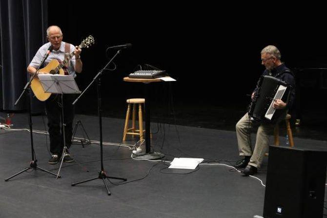 UNDERHALDNING: Jonny Asperheim og Ivar Seim underhaldt med musikk og bileteframsyning frå Årdal.
