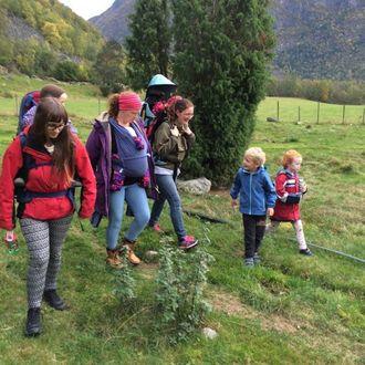 VIKTIG TILBOD: Olav Ødegard i Bornas turlag meiner det er viktig å læra ungane til å bli glad i naturen.