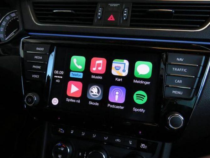 CAR PLAY: Koplar du mobiltelefonen til USB-utgangen i midtkonsollen, kjem enkelte telefonfunksjonar opp multimedieanlegget i bilen.