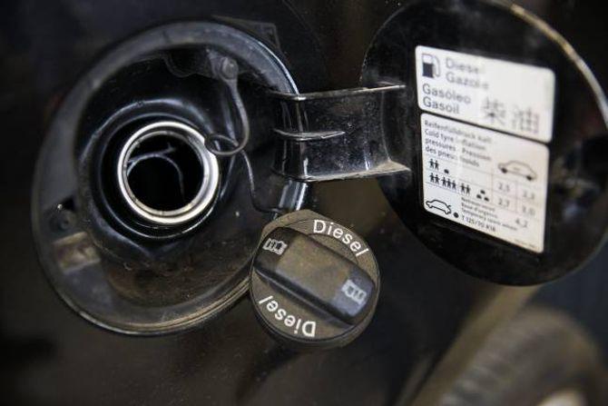 GODT MERKT: Er du usikker på kva drivstoff bilen din brukar, er det godt merkt på tanklokket.