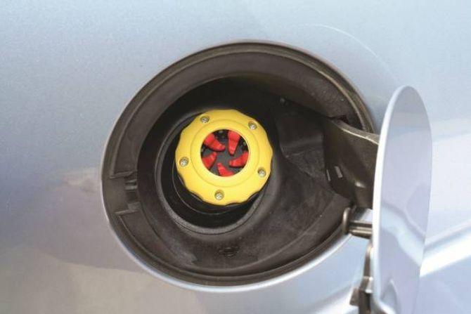 BLOKKERER: Det finst eigne tanklokk som gjer det umogleg å fylle bensin på dieseltanken i bilen din.