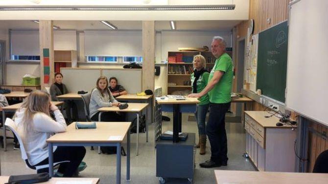 STILLER OPP: Renate Fossen og ordførar Jan Geir Solheim spør elevane om dei vil vera med som bøsseberarar for TV-aksjonen.