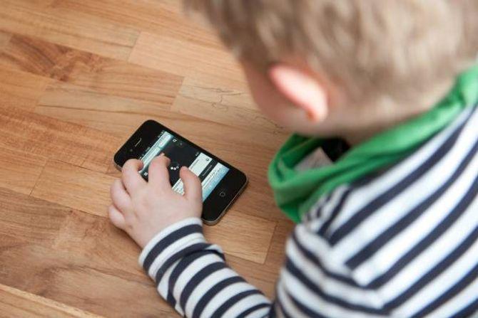 FØLG MED: Det er viktig å følgja nøye med på datavanane til barna og setja grenser for bruken.