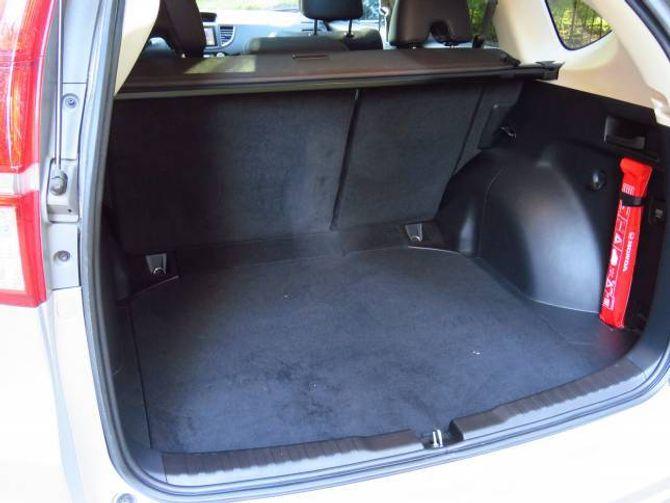 589 LITER: Det er god plass i bagasjerommet i CR-V, hendinga over den raude varseltrekanten er alt du treng å trekkja i for å leggja ned bakseta. Då svelgjer bagasjerommet 1669 liter.