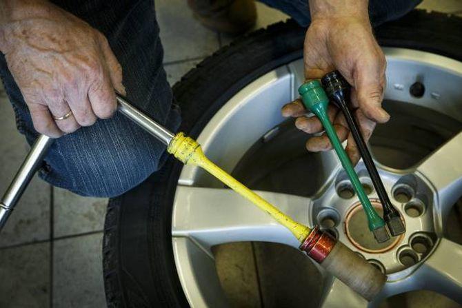 IKKJE FOR HARDT: Hjulboltane skal strammast med eit spesielt moment. Ein momentstav, som desse, er billige og sørgjer for at du ikkje strammar bolten for mykje.