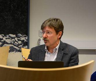 ULOVLEG: Rådmann Alf Olsen jr. seier det ikkje er lov med bindande folkerøysting. Det har vore eit spørsmål som har splitta partia i Lærdal tidlegare, der særleg Senterpartiet har vore i mot.