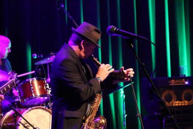 TOK TUREN: Karl Seglem tok med seg bukkehorna og saksofonen sin til Årdal for å delta på lanseringskonserten. Her spelar han saman med Blueslaget.