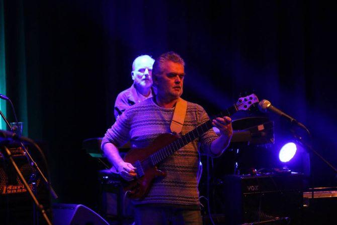 GOD KJEMI: Sjølv om det var 18 år sidan sist låt det veldig bra då Lava igjen stod på scena att. Kjell Hestetun gjer det han kan best på bass.