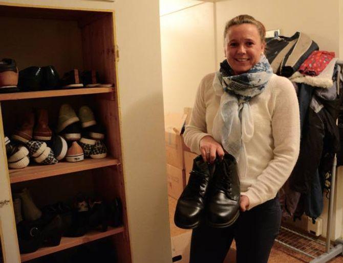 I ALLE FASONGAR: Frøydis Helland syner fram hylla med sko som inneheld alt frå nye (og dyre) joggesko, vintersko til finsko. Ho jobbar med psykiatri i kommunen og mellom anna på dagtilbodet som held til på Doktorheimen, men denne kvelden er ho der på eiget initiativ som frivillig.