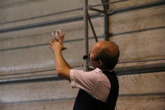 GODE RÅD: Komikar Kjell «Kjellen» Bigset dukka opp under matserveringa og underheldt. Her gir han Vegvesenet og Hæhre gode råd til korleis dei kan spara pengar ved å kutte ut dopapir.