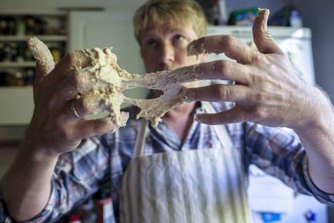 NETTVERK AV GLUTEN: Elting er eit must om brøddeigen skal få eit godt glutennettverk, slår brødbakar Sverre Gunnar Haga fast.VENT LITT: Brødet bør kvile i minst ein halv time før du skjer i det.