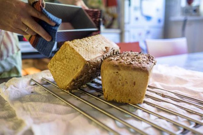 SJØLVGJORT, VELGJORT: Jobben med å bake brød tar mindre enn éin time. Da er ryddinga rekna med, mens hevetida og steikjetida kjem utanom, poengterer Sverre Gunnar Haga.