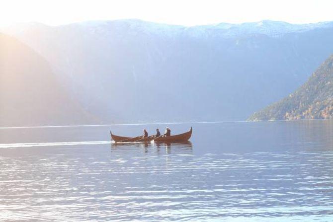 VAKKERT: I nydeleg vêr på fjorden i Seimsdalen tar den 120 år gamle båten seg godt ut.