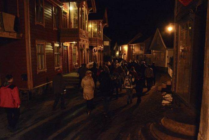 """VANDRING: Folkemøtet som denne gongen vart kalla """"Lærdalssalaten"""" starta med ei vandring på Lærdalsøyri, der 9. klasse ved Lærdalsøyri hadde laga til fleire postar."""