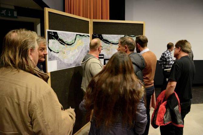 PRESENTERTE KART: Arkitektgruppen Cubus synte fram kart over planan for å knyte Lærdal betre saman.