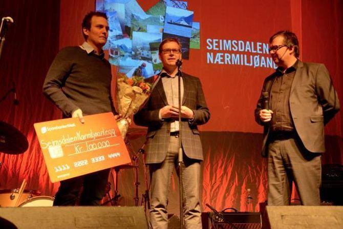 BALLBINGE TIL UNGANE: Jan Stian Smedegård (f.v) og Eirik Jentoftsentok imot prisen til Seimsdalen nærmiljøanlegg. Konferansier Finn Tokvam nytta sjansen til å spørje når ein kan vente seg å sjå fotballspelarar frå Seimsdalen på Fosshaugane.