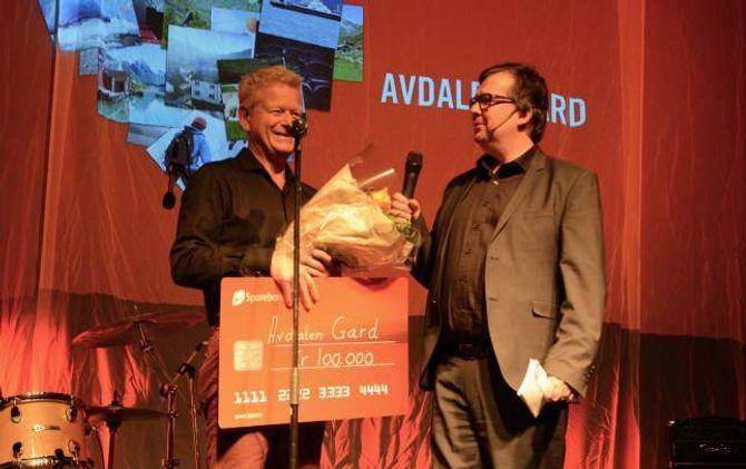 FRILUFTSLIV: Petter Løvdahl, styreleiar og dagleg leiar ved Avdalen gard tok imot gåva som skal gå til restaurering av Avdalen gard.