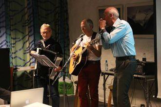ÅRDALSONGEN: Ivar Seim, Jonny Asperheim og Sverre Natvik spelar Årdalsongen.