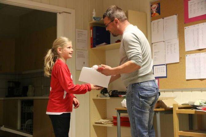 FEKK DIPLOM: Jentene vart gjort litt ekstra stas på søndag kveld. Her deler lagleiar Jan Tore Stølen ut diplom og eit par ekstra ting for den gode innsatsen.