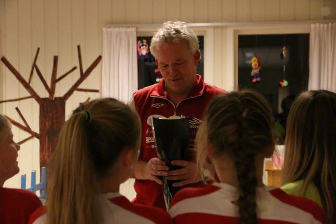 FEKK BLOMAR: Jentene hadde kjøpt blomar til trenar Kjell Olav Bjørkum som ein takk og lova at han ikkje skulle få sparken med det første.