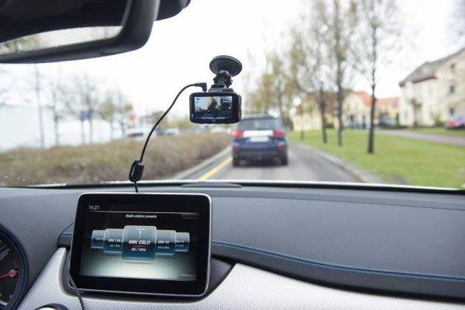 LITE: – Dashcams er laga for å vere montert i frontruta. Dei små kameraa fangar alt som skjer framfor bilen din når du køyrer.