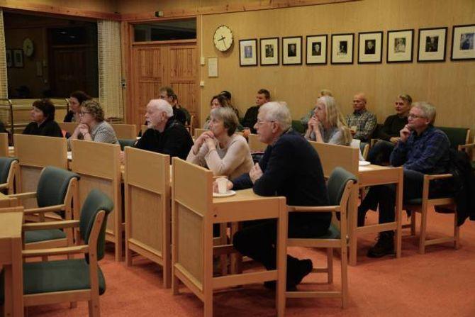 FELLES: Både eldre og yngre generasjonar var samla på rådhuset i Lærdal.