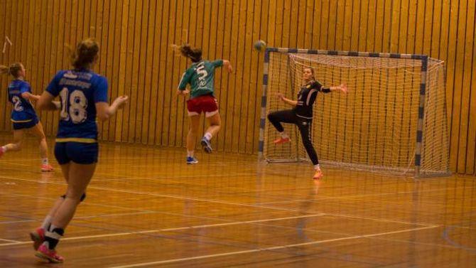 ÅLEINE: Kristina Furebotn utnytta situasjonen til det fulle, og heiv ballen i nettet før Dale-spelarane kom fram.