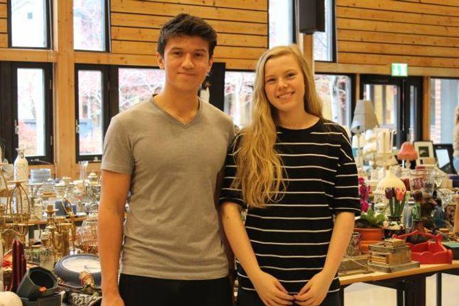 SPENTE: Olav Nundal og Emma Øren er nøgde med loppemarknaden så langt. Dei er spente på korleis det går dei neste dagane.