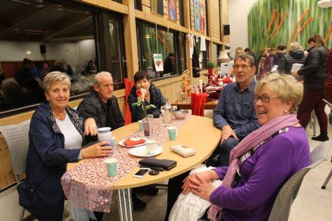 SOSIALT: (f.v) Ingebjørg Voll, Monrad Moen, Marit Moen, Oddvar og Kitty Bjørkum kosar seg på kafeen.