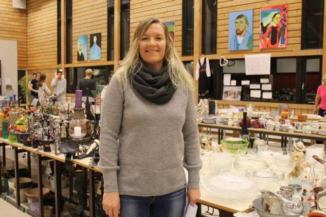 STOLT: Lærar Nina Jevnaker er stolt over arbeidet elevane hennar har lagt ned. Ho seier at det framleis er mykje fint igjen, så her er det berre å ta turen innom.