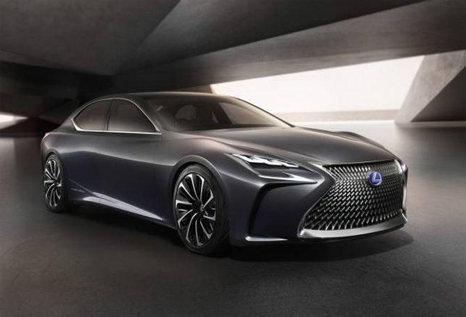 DIGER: Til så lenge er den 5,3 meter lange luksusbilen frå Lexus berre eit konsept.