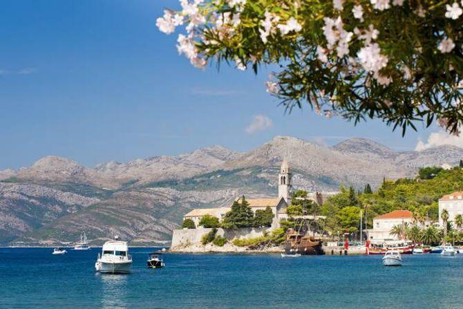 ØYHOPPING: Reiser du på øyhopping i Kroatia, har du fleire bilfrie stader å stoppe. Her øya Lopud, som ligg ein times båttur frå Dubrovnik.