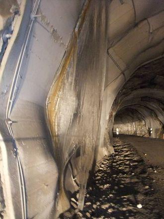 FARLEG: Vatn som dryp frå taket kan bli til farlege issvullar i tunnelane.