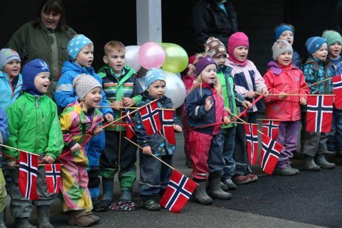 SONG: Med foreldre og politikarar tilstades framførte barna songar før snorklippinga.